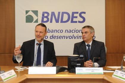 Luciano Coutinho (à esq.) e Otávio Brandelli na assinatura do acordo